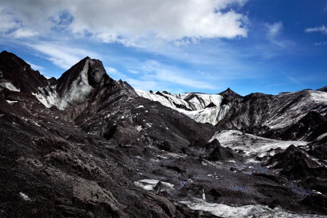 Glacier couvert de cendres en Islande