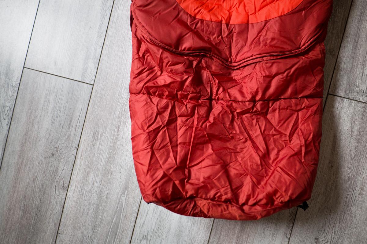 1f3024fb793a5 L'encombrement est le même que celui de mon duvet (un Lafuma qui descend à  -10°C) mais il est bien chaud avec une température de confort à 5°C.