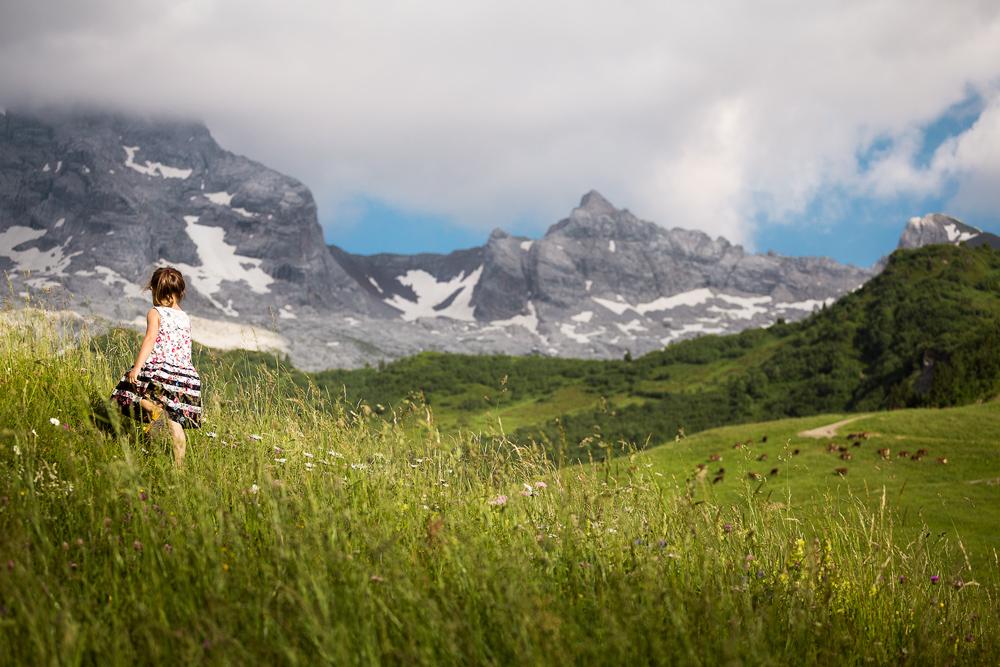 Ma fille se promène dans les alpages au Col des Annes