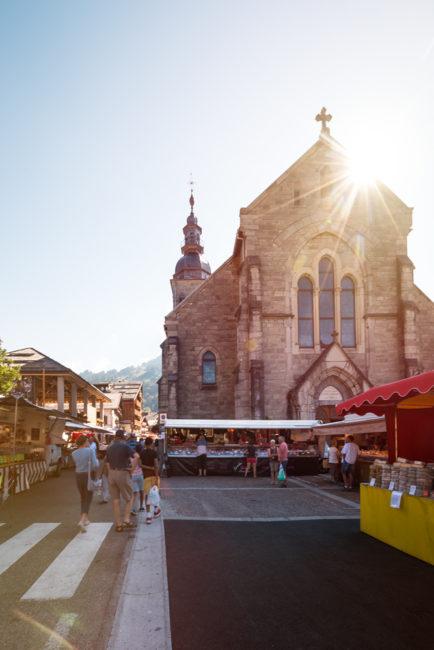 église du Grand-Bornand un jour de marché
