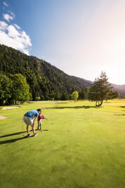 Ma fille apprend le golf au Grand-Bornand