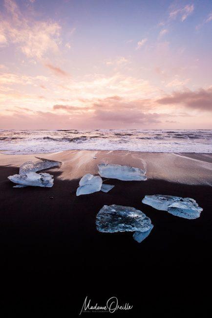 Morceaux d'icebergs échoués sur une plage d'Islande