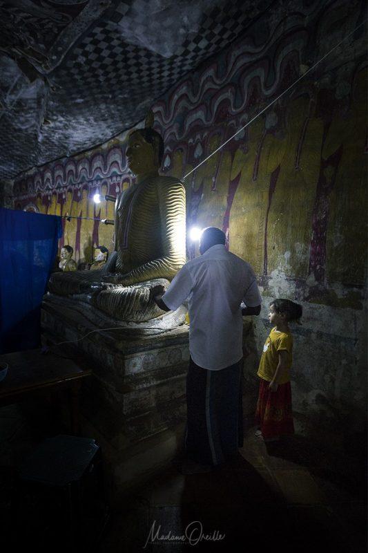 Restauration des bouddhas des grottes sacrées de Dambulla