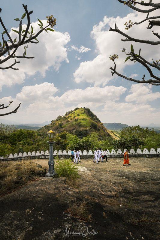 Le chemin vers les grottes troglodytes de Dambulla