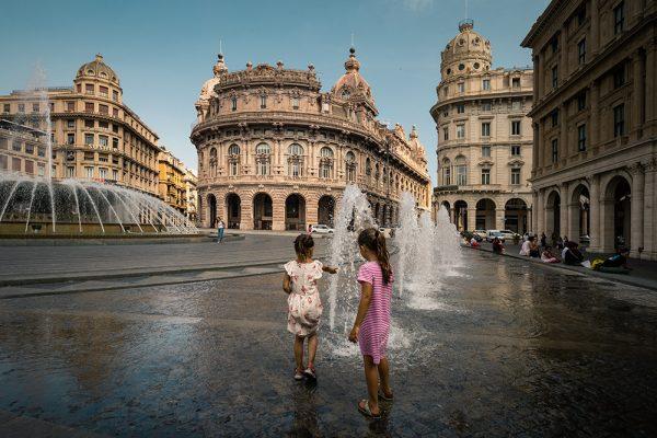 enfants sur la piazza de ferrari