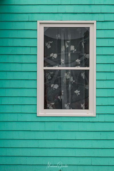 Fenêtre de maison colorée à Miquelon