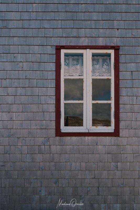 Détail d'une maison de l'île aux marins : fenêtre et façade en bois
