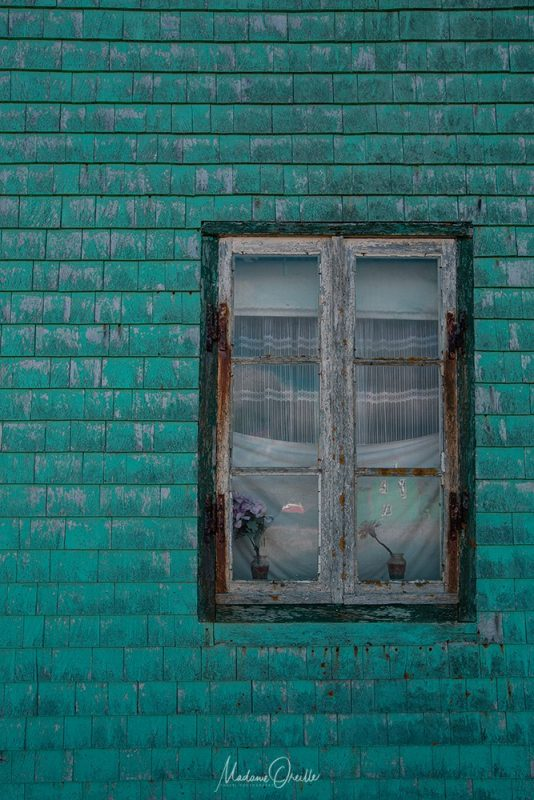 Fenêtre et façade en bois coloré