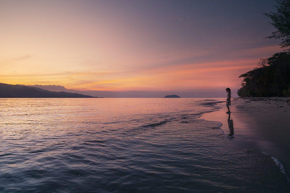 coucher de soleil sur la plage de l'île paradisiaque à Sulawesi