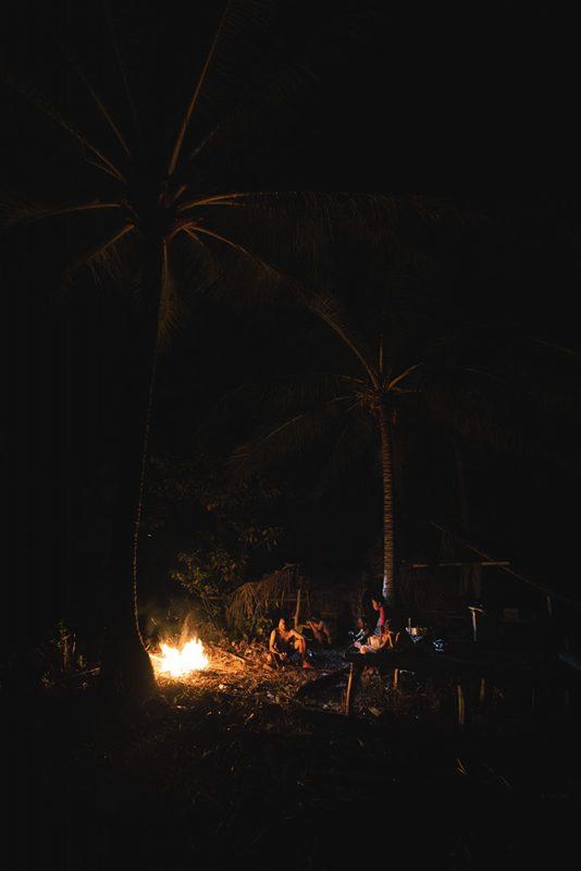 soirée autour du feu sur l'île déserte, sulawesi