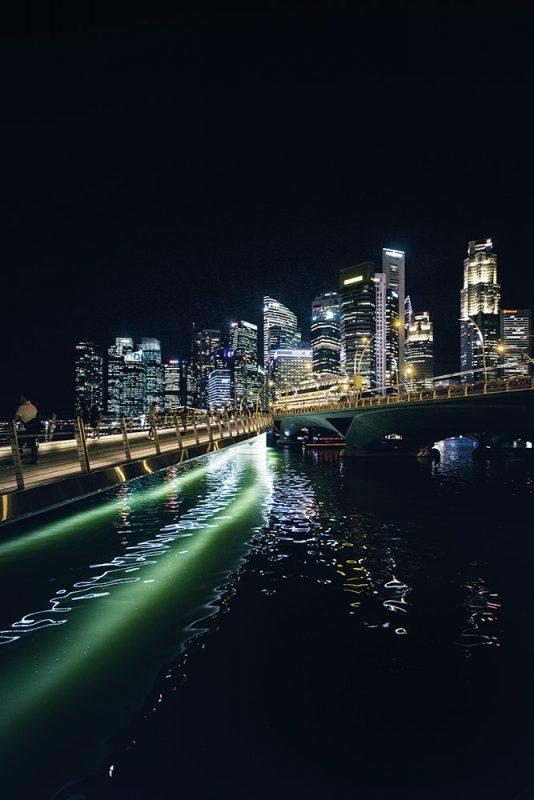 Singapour de nuit, pendant notre escale du retour de Sulawesi
