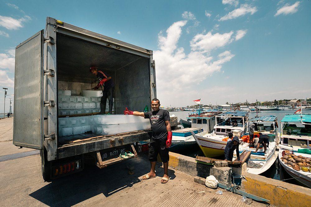 livreur de glace sur le port de Makassaz
