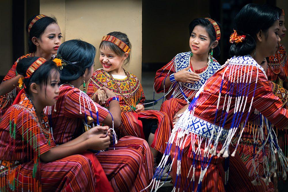 mariage toraja, enfants en costume traditionnel