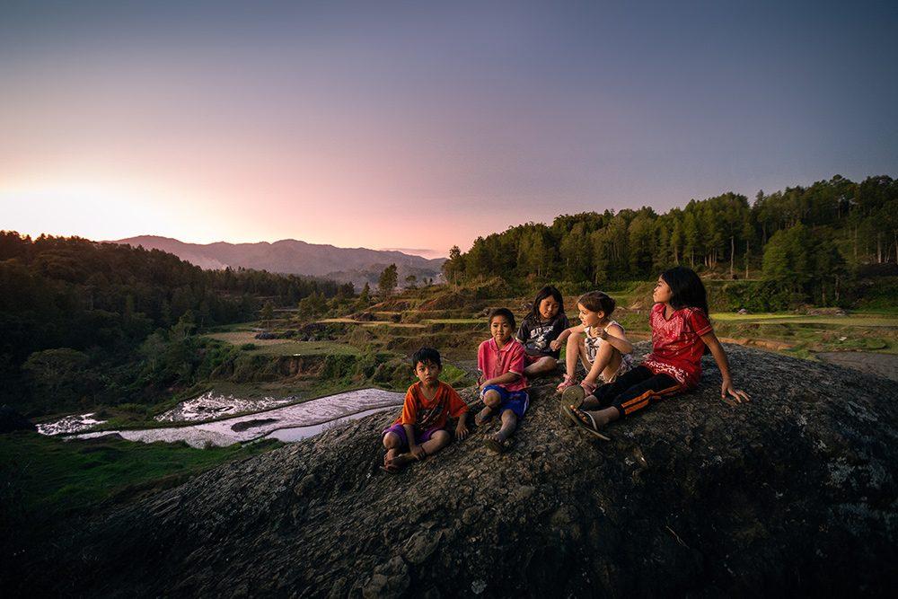 enfants dans les rizières, sulawesi