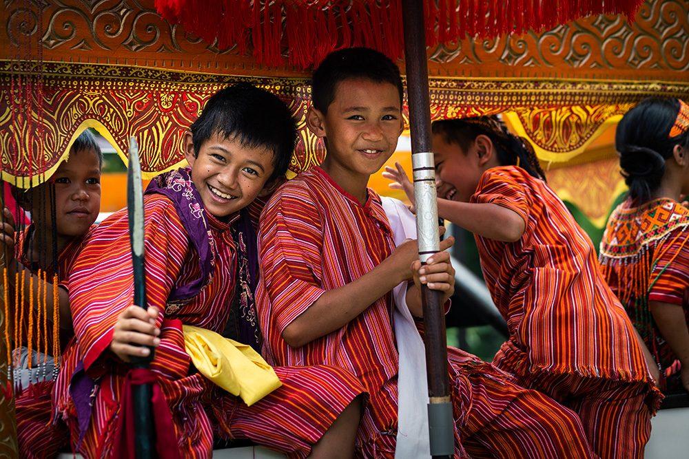enfants pendant un mariage toraja, sulawesi