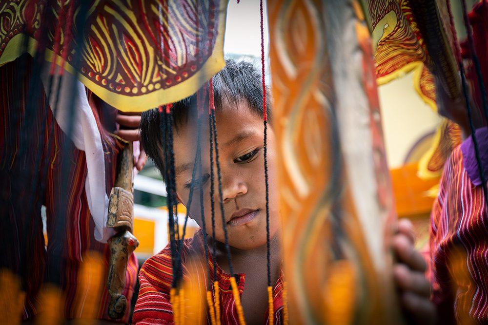 petit garçon pendant un mariage toraja, sulawesi