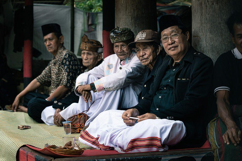 hommes assistant à une cérémonie funéraire au pays toraja