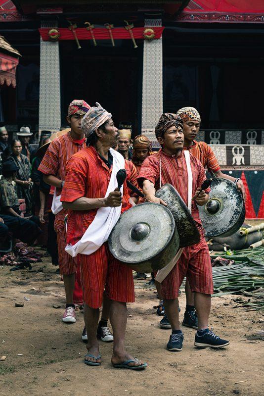 musiciens pendant une cérémonie funéraire toraja