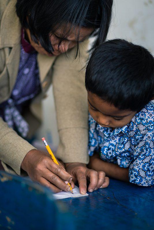 institutrice et écolier, dans l'école du village