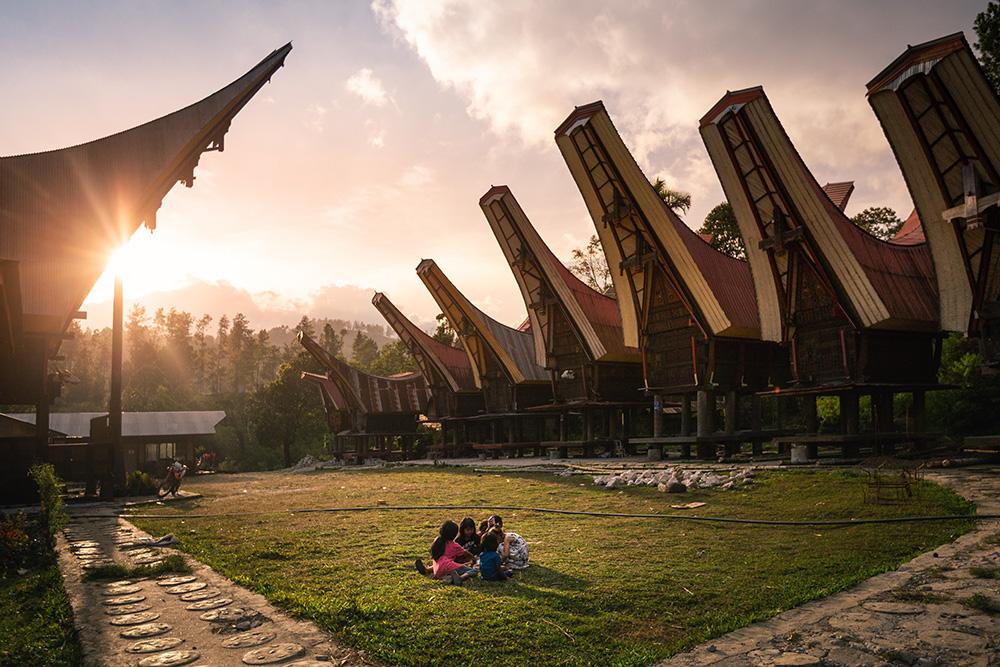 Hébergement chez l'habitant au Pays Toraja : les enfants jouent ensemble !
