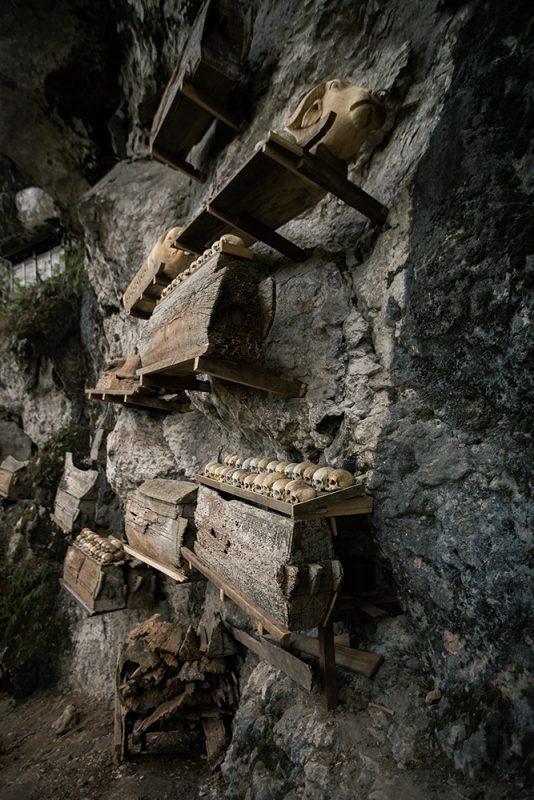 Londa : tombeau toraja, grotte dans la pierre