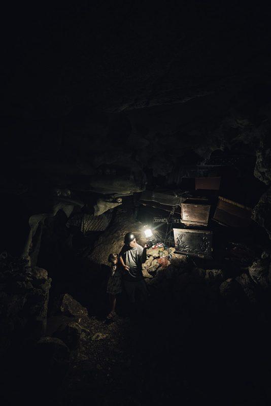 tombeau toraja, grotte dans la pierre
