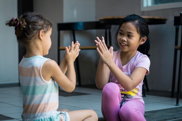 jeux d'enfants chez l'habitant en Indonésie